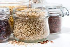 Assortimento dei cereali e dei legumi su fondo bianco, primo piano Fotografie Stock