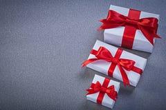 Assortimento dei contenitori di regalo sul concetto grigio di feste del fondo Fotografie Stock