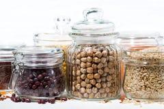 Assortimento dei diversi cereali e dei legumi su fondo bianco Fotografia Stock Libera da Diritti