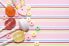 Assortimento dei dolci su fondo a strisce Immagine Stock