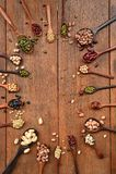 Assortimento dei fagioli e delle lenticchie in cucchiaio di legno Fotografie Stock Libere da Diritti