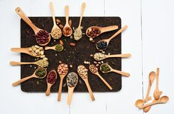 Assortimento dei fagioli e delle lenticchie in cucchiaio di legno Fotografia Stock Libera da Diritti