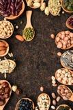 Assortimento dei fagioli e delle lenticchie in cucchiaio di legno Immagini Stock Libere da Diritti