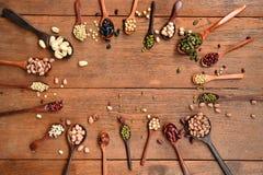 Assortimento dei fagioli e delle lenticchie in cucchiaio di legno Immagini Stock