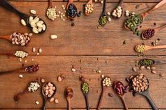Assortimento dei fagioli e delle lenticchie in cucchiaio di legno Fotografie Stock