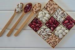 Assortimento dei fagioli in scatola di legno Immagine Stock Libera da Diritti