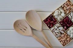 Assortimento dei fagioli in scatola di legno Immagini Stock Libere da Diritti