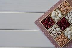 Assortimento dei fagioli in scatola di legno fotografia stock
