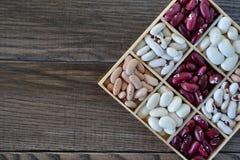 Assortimento dei fagioli in scatola di legno immagini stock
