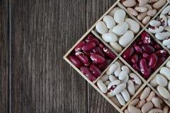 Assortimento dei fagioli in scatola di legno fotografie stock