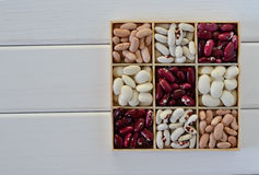Assortimento dei fagioli in scatola di legno sopra Immagini Stock