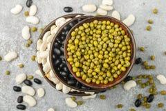 Assortimento dei fagioli secci - bianchi, neri e verdi Immagini Stock