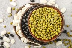 Assortimento dei fagioli secci - bianchi, neri e verdi Fotografie Stock