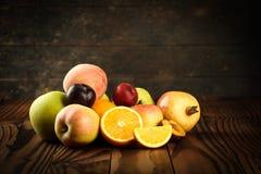 Assortimento dei frutti esotici sulla tavola di legno Fotografia Stock Libera da Diritti