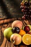 Assortimento dei frutti esotici sulla tavola di legno Fotografie Stock Libere da Diritti