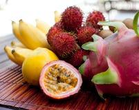 Assortimento dei frutti esotici tropicali: dragonfruit, banane, passione, longan, rambutan Immagini Stock Libere da Diritti