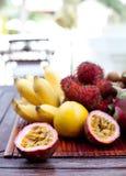 Assortimento dei frutti esotici tropicali: dragonfruit, banane, passione, longan, rambutan Fotografia Stock