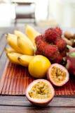 Assortimento dei frutti esotici tropicali: dragonfruit, banane, passione, longan, rambutan Immagine Stock
