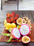 Assortimento dei frutti esotici tropicali: dragonfruit, banane, passione, longan, rambutan Immagine Stock Libera da Diritti
