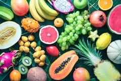 Assortimento dei frutti tropicali sulle foglie delle palme Fotografie Stock Libere da Diritti