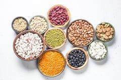 Assortimento dei legumi, delle lenticchie, di chikpea e dei fagioli su bianco fotografia stock libera da diritti