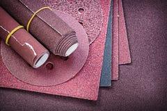 Assortimento dei materiali abrasivi su di carta vetrata immagini stock libere da diritti