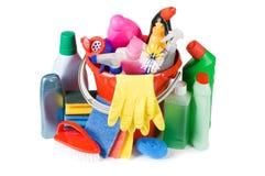 Assortimento dei mezzi per pulizia isolata Immagini Stock
