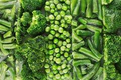 Assortimento dei piselli congelati freschi, fagiolino, broccoli con il primo piano di brina come fondo Immagine Stock Libera da Diritti