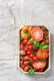Assortimento dei pomodori rossi dell'agricoltore organico maturo su una tavola Immagini Stock Libere da Diritti