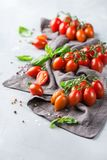 Assortimento dei pomodori rossi dell'agricoltore organico maturo su una tavola Immagini Stock
