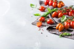 Assortimento dei pomodori rossi dell'agricoltore organico maturo su una tavola Fotografia Stock