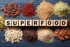 Assortimento dei prodotti del superfood con i cubi fotografia stock