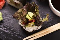 Assortimento dei rotoli di sushi con il salmone e le verdure Fotografie Stock Libere da Diritti