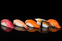 Assortimento dei sushi di nigiri con gamberetto, il salmone, il tonno e l'anguilla Fotografia Stock