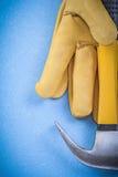 Assortimento del casco dei guanti protettivi del cuoio del martello da carpentiere sopra Fotografia Stock Libera da Diritti