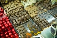 Assortimento del cioccolato con i materiali da otturazione delle praline e del ganache Fotografie Stock Libere da Diritti