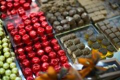 Assortimento del cioccolato con i materiali da otturazione delle praline e del ganache Immagini Stock Libere da Diritti