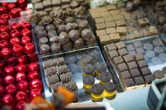 Assortimento del cioccolato con i materiali da otturazione delle praline e del ganache Fotografia Stock Libera da Diritti