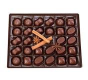 Assortimento del cioccolato in un primo piano della scatola di plastica su un fondo bianco Fotografie Stock