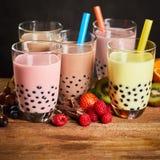 Assortimento del tè latteo della bolla in una casa da tè immagini stock