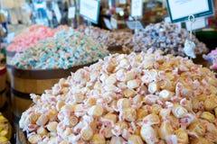 Assortimento della caramella del taffy dell'acqua salata in un deposito Fotografia Stock Libera da Diritti