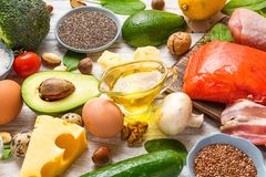 Assortimento della dieta ketogenic bassa del carburatore cheto dell'alimento sano alto in buoni grasso, Omega 3 e prodotti della  fotografia stock libera da diritti