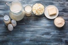 Assortimento della drogheria dei prodotti lattier-caseario sulla tavola di legno rustica Fotografie Stock Libere da Diritti