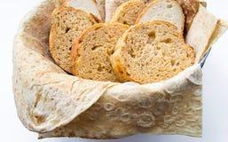Assortimento della merce nel carrello del pane, orizzontale Fotografia Stock