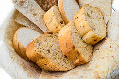 Assortimento della merce nel carrello del pane, orizzontale, fine Fotografia Stock