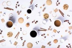 Assortimento della tazza di caffè con gli ingredienti ed i biscotti, vista superiore Immagine Stock