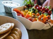 Assortimento della verdura con i cracker e la immersione Fotografia Stock