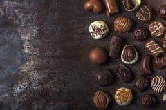 Assortimento delle caramelle di cioccolato fini, del bianco, del buio e del choc del latte Fotografia Stock