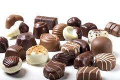 Assortimento delle caramelle di cioccolato fini sopra bianco Immagine Stock
