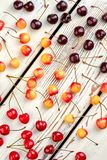 Assortimento delle ciliege fresche su fondo di legno Fotografia Stock Libera da Diritti
